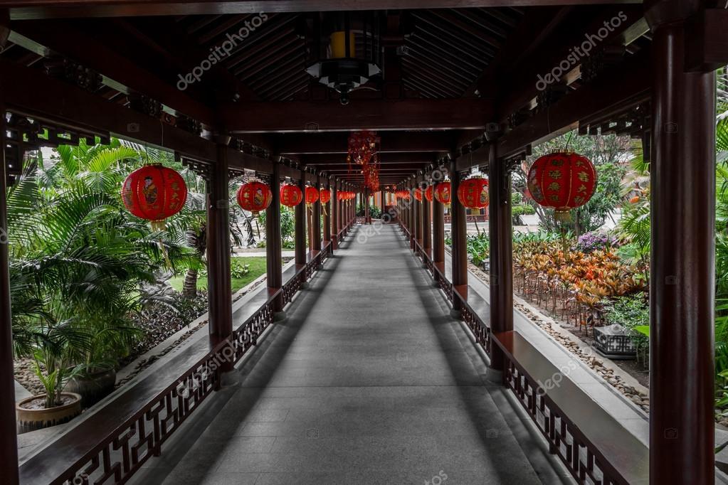 Decorazioni Con Lanterne Cinesi : Corridoio decorato con lanterne cinesi u foto stock mrdenpol