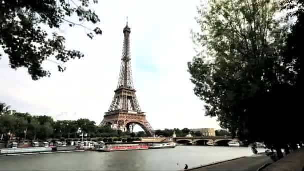 Pohled z Eiffelovy věže přes řeku.