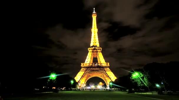 Eiffelova věž v noci. Krásná noční světla Paříže