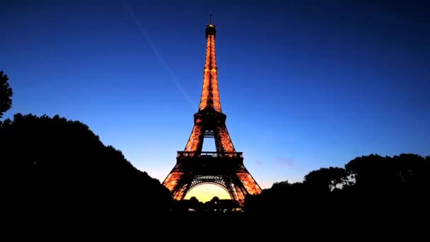 Eiffelova věž v Paříži a v noci