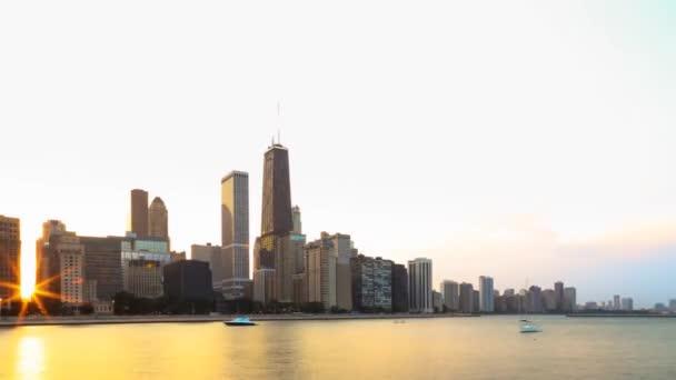 Sonnenuntergang in Chicago. die Sonne versteckt hinter hohen Wolkenkratzern