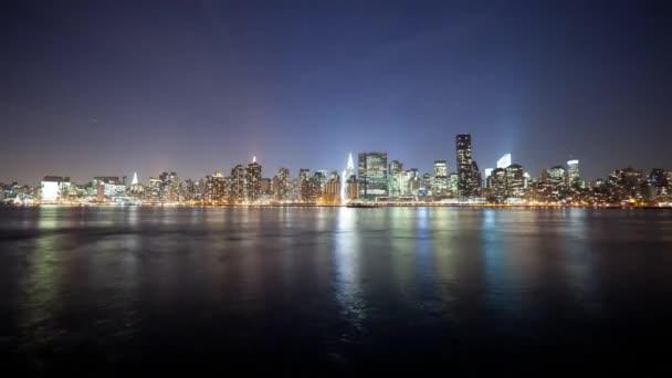 Noční pohled z New Yorku od oceánu. Ulice a budovy, které jsou osvětleny reflektory