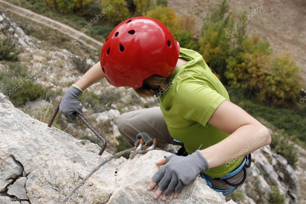 Klettersteig Weibl : Mädchen die anstrengung tun ein klettersteig in spanien