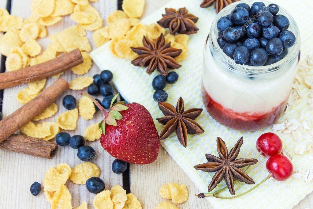 Erdbeer Joghurt Kirschen Und Blaubeeren Cornflakes Stockfoto