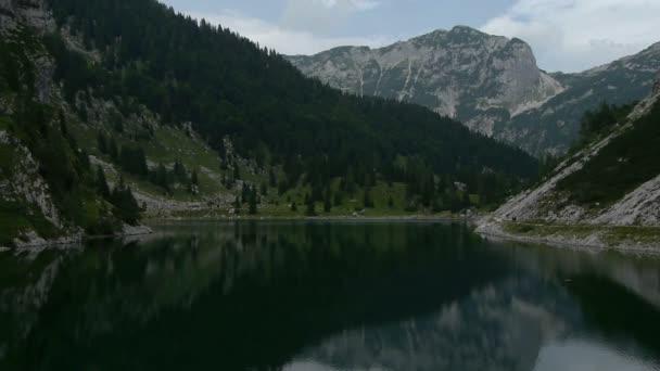 Nízké letecké letu nad horské jezero