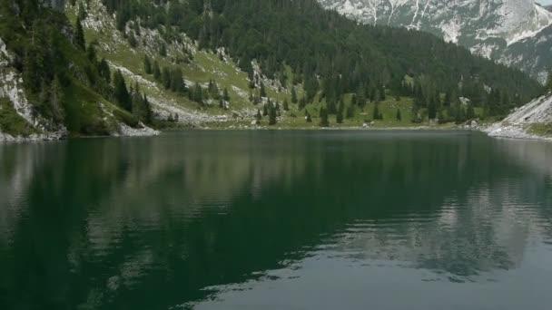 Pomalé a nízké vzdušné letu nad jezerem