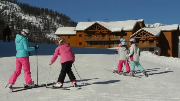 Dospívající dívky naučit rybí lyžařské lezecké techniky