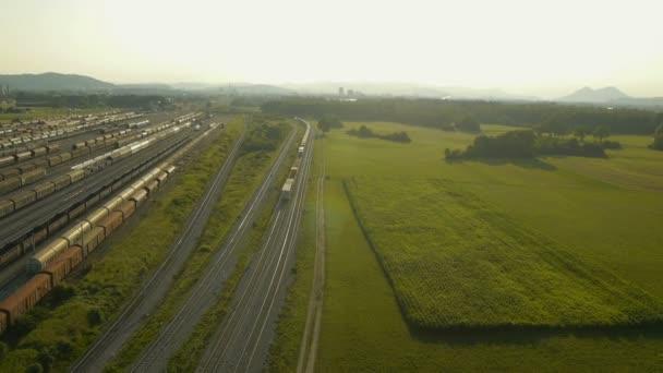 Letecký pohled na nákladní vlak