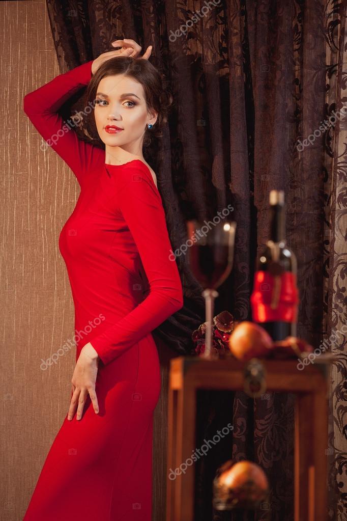 Девушки в красных платьях с бокалом фото