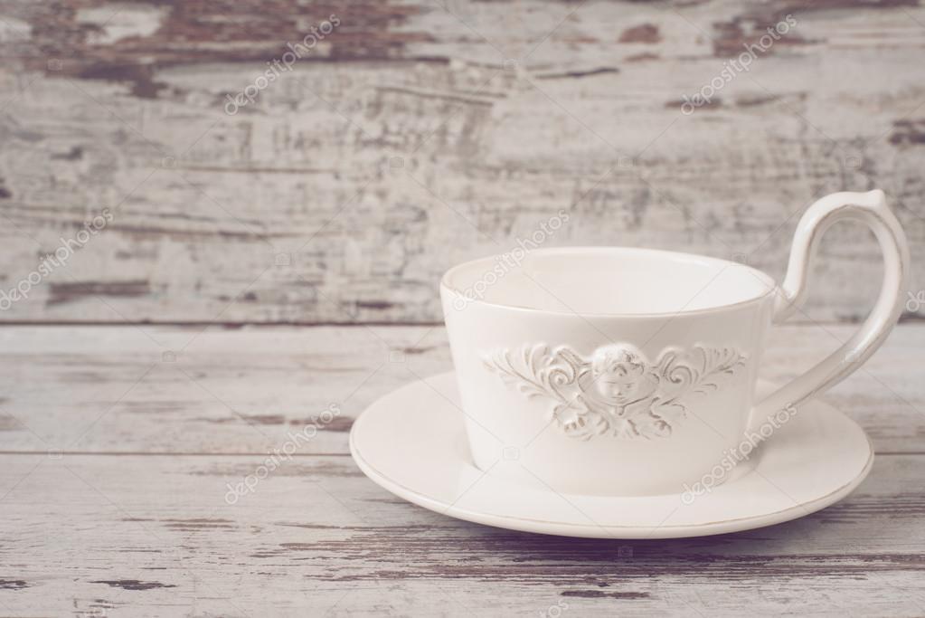 einfache rustikale wei e geschirr leere gerichte eine gro e tasse kaffee im vorderen engel. Black Bedroom Furniture Sets. Home Design Ideas