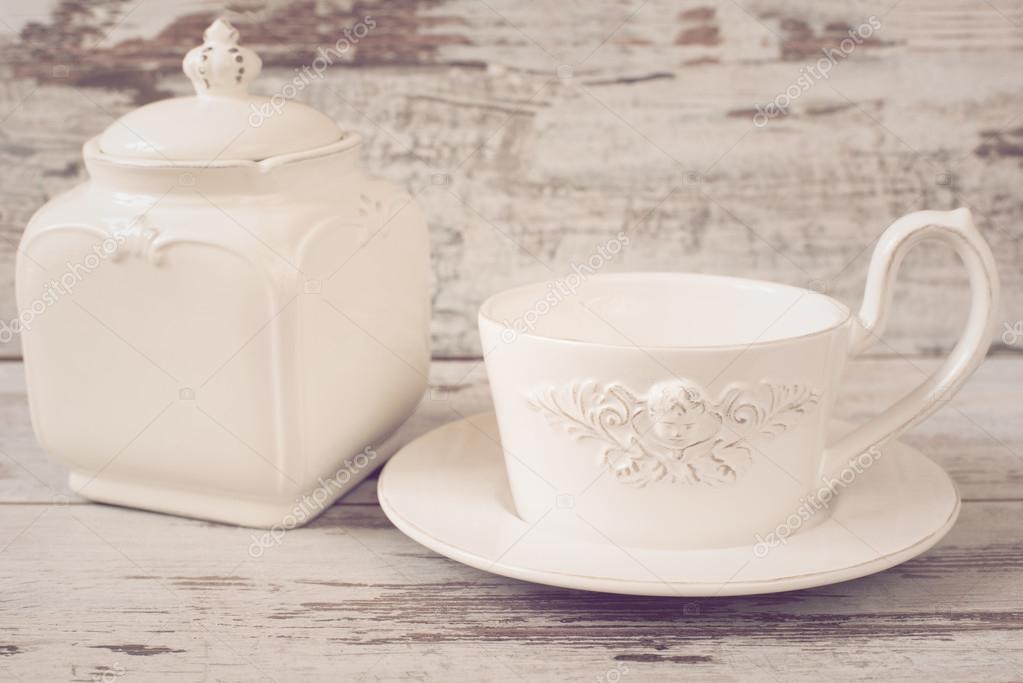 einfache rustikale wei e geschirr leere gerichte eine gro e tasse kaffee glas vorne engel und. Black Bedroom Furniture Sets. Home Design Ideas