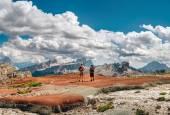 Fotografia Alpinisti ammirando le Dolomiti