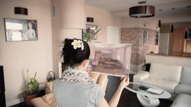 Šťastná mladá žena sledovat krásné návrh projektu byl jejich domov