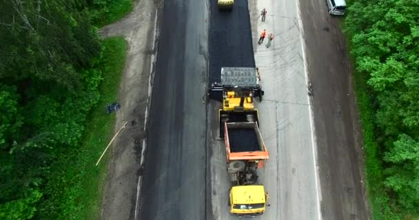 silniční stavební dělníci s dlažby stroj