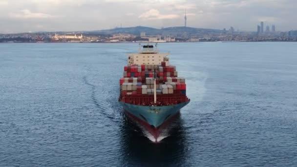 Letecký záznam ultra velké kontejnerové lodi na moři, shora dolů. Letecké záběry ultra velké kontejnerové lodi přední pohled