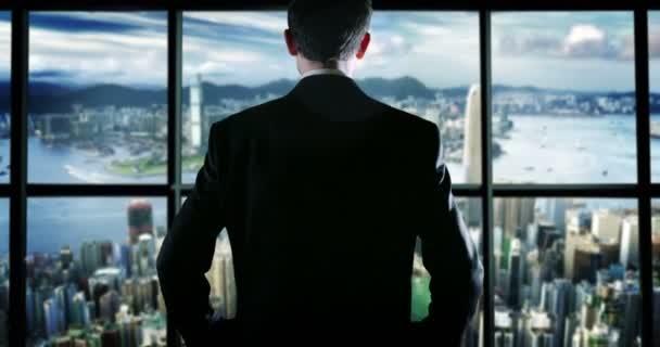 egy sikeres fiatal férfi a tetején egy üveg épület wallstreet táj és a munka sikerét ünnepli