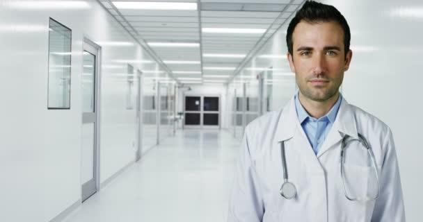 junge und charmante Ärztin führt einige routinemäßige medizinische Eingriffe durch und stattet professionelle Laborforscherin mit professionellem Entwicklungsmaterial aus