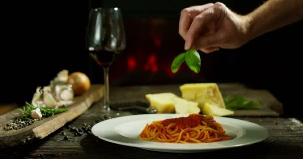 gyönyörű olasz vörös bor összetételét a régi hagyományos ház, kandallóval, és pihenjen a légkör