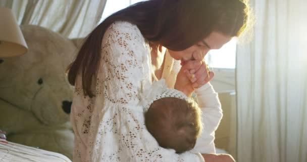 krásná mladá matka breastfeeds Rozkošná holčička v její koutku, zatímco slunce hladí kůži