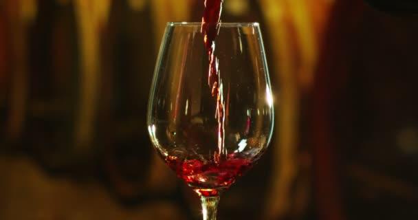 Sommelier nalévá červené víno ve skle