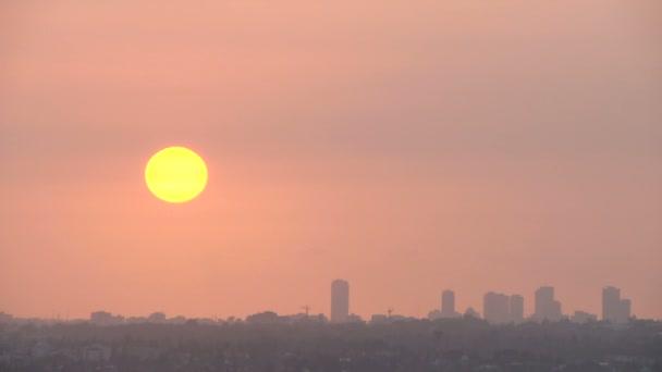 Zaman atlamalı bir günbatımı üzerinde Tel Aviv manzarası