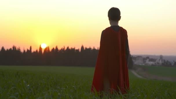 A superman köpeny naplemente alatt szereplő fiú