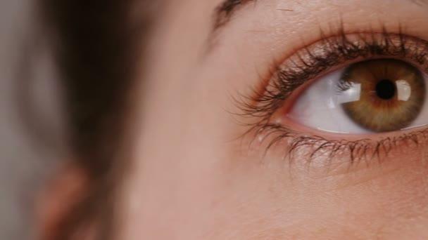 Zár megjelöl szemcsésedik-ból egy asszony szeme