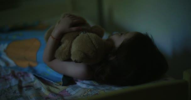 A kislány aludt, ő mackó átölelve