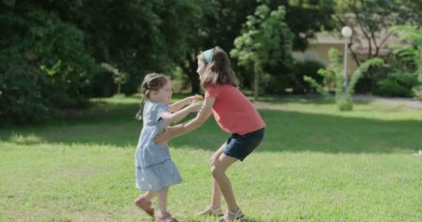 dvě dívky objímání