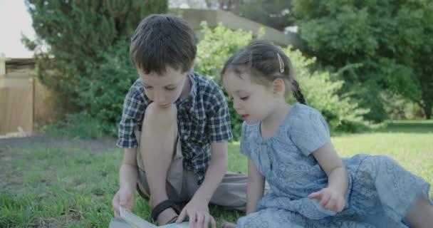 holčička a kluk čtení dětská kniha