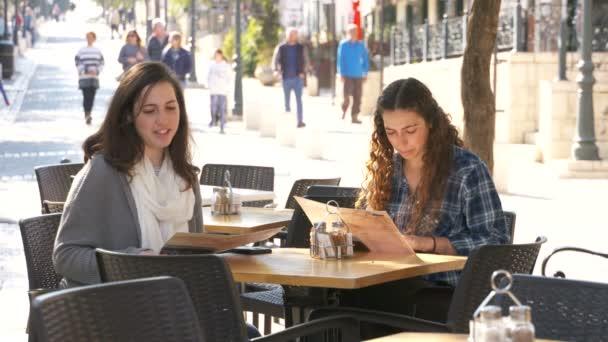 Dvě dívky chodit v ulicích města