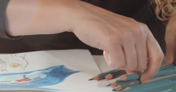 A művész színes ceruza rajz közelről