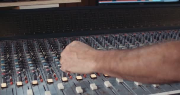 A keverőpult a stúdióban dolgozó hangmérnök