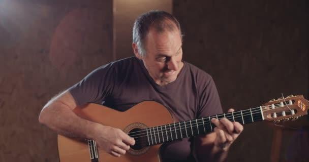 Hudebník, hrál na akustickou kytaru v nahrávacím studiu