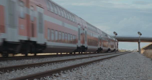 osobní vlak na kolejích při vysoké rychlosti
