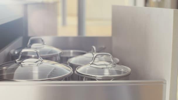 Roestvrij Stalen Keuken : Keuken lade met roestvrij stalen potten sluiten u stockvideo