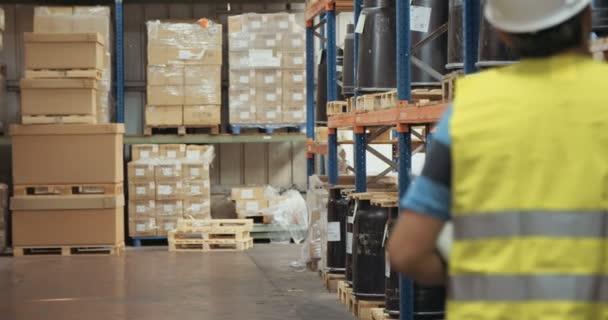 Követés szemcsésedik-ból megvizsgáló elemek vágólapra nagyméretű raktári logisztika munkavállaló