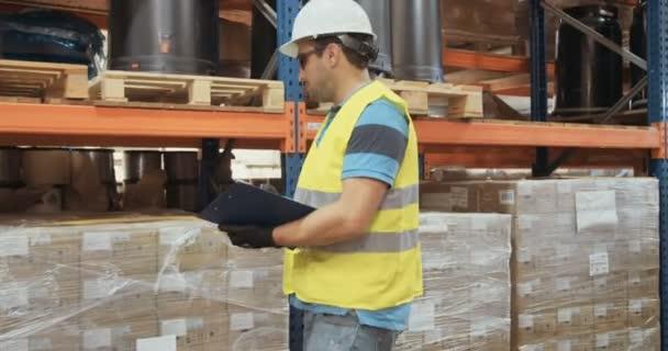 Sledování snímku pracovník logistiky nosit helmu Kontrola položek ve velkém skladu