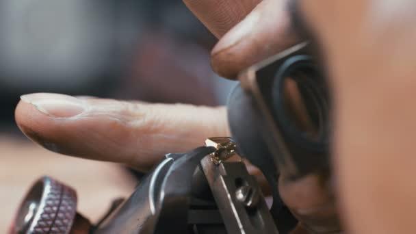 Makro snímek diamantové leštící inspekci velký diamant během zpracování