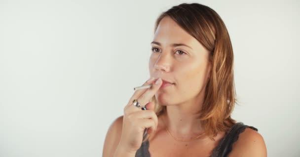 mladá žena kouření