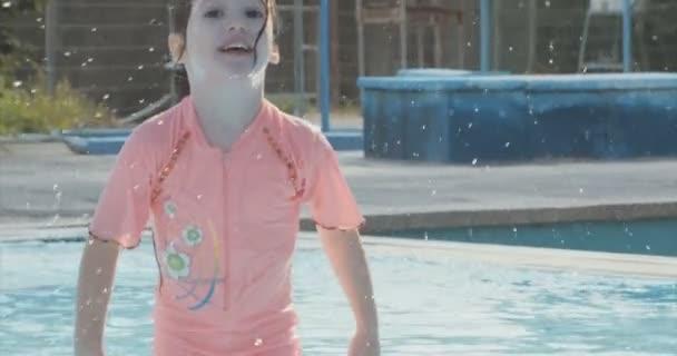 šťastná dívka v bazénu