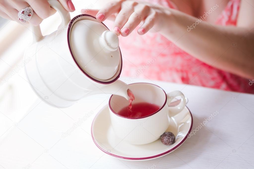 Hände eines jungen Mädchens goß Tee — Stockfoto © lena.saulich.gmail ...