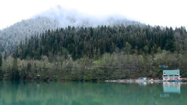 Ritsa jezero v jarní ráno