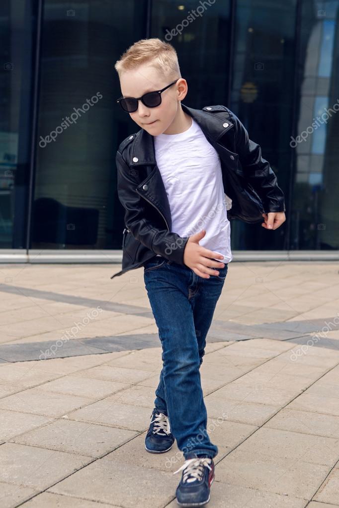 becdf4c7203b5 Bébé garçon 7-8 ans dans une danse de veste en cuir noir– images de stock  libres de droits