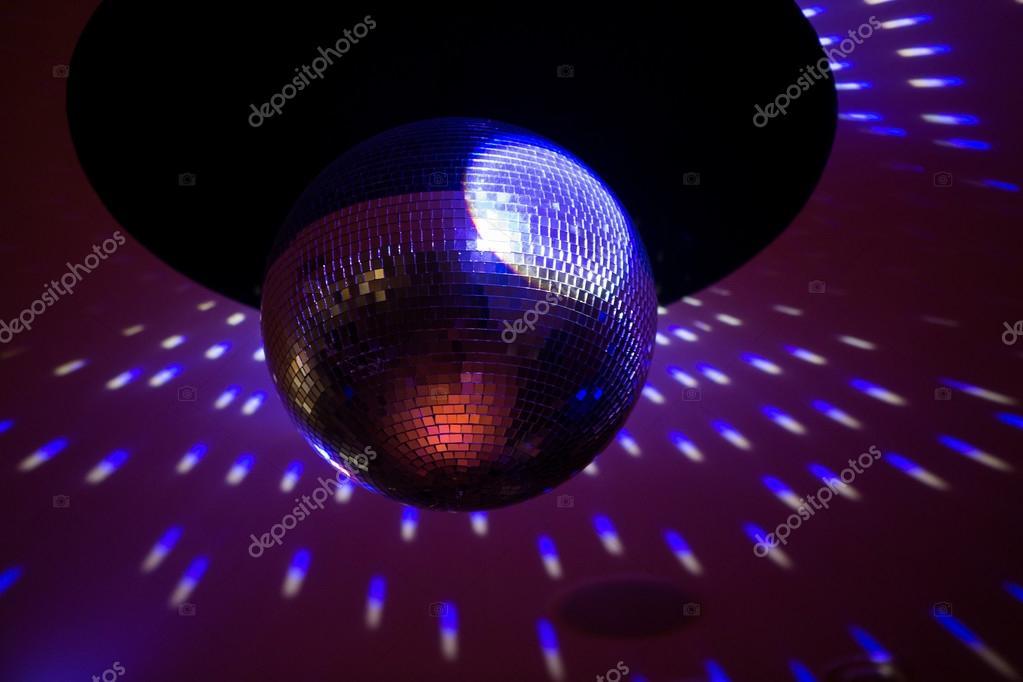 Discobal Met Licht : Spiegel disco ball met licht reflectie op het plafond u2014 stockfoto