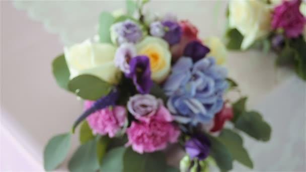 Arrangement von verschiedenen Blumen in verschiedenen Farben, die auf Tischen für eine Weihnachtsdekoration stehen