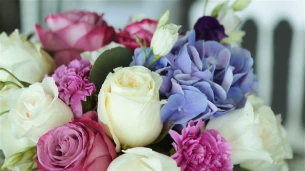 uspořádání různých květin různých barev, stojící na tabulkách pro Dovolená dekorace