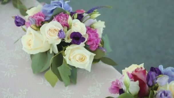 a különböző virágok-a különböző színek, állva az üdülési dekoráció táblázatok elrendezése