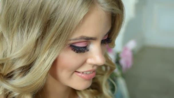 fiatal szexi szőke lány Lacy rózsaszín ruha