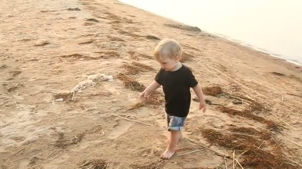 Мальчик гей на пляже фото 201-686